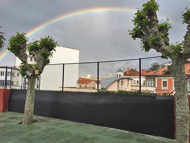 el colegio publico menndez pelayo se puso en contacto para como podan hacer de una pared exterior una perfecta pizarra para que los ms